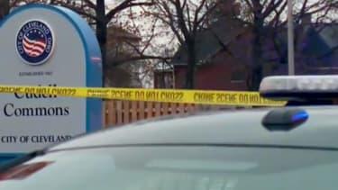 Le jeune garçon jouait avec une arme factice dans une aire de jeu quand des passants ont alerté la police locale.