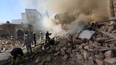 Des pompiers interviennent après le bombardement des forces du régime de Bachar -al-Assad à Alep.
