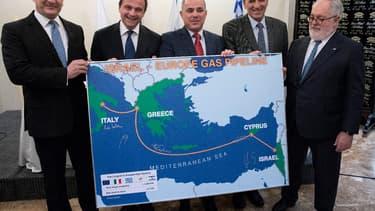 Les représentants de Chypre, de la Grèce, d'Israël, de l'Italie et de l'Union européenne lors de la signature du protocole d'accord.