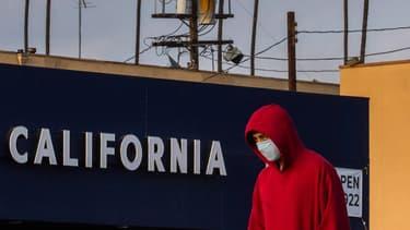 Un homme portant un masque à Los Angeles, dans l'État de Californie, le 4 avril 2020