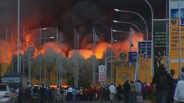 L'aéroport est toujours la proie des flammes.
