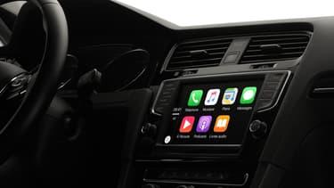 CarPlay, d'Apple, permet, tout comme Android Auto, de limiter les fonctions du smartphone et d'en déporter directement sur les commandes du véhicule.
