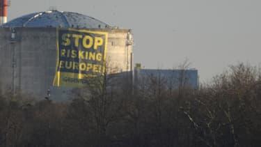 La banderole déployée par des militants de Greenpeace qui se sont introduits dans la centrale de Fessenheim, le 18 mars 2014