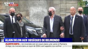 Alain Delon arrive aux obsèques de Jean-Paul Belmondo