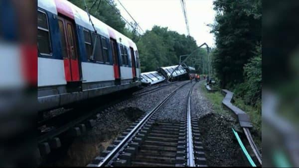 Le RER B s'est partiellement couché à cause d'un glissement de terrain.