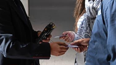 Un contrôleur vérifie un titre de transport, Gare du Nord, à Paris, en octobre 2016. (photo d'illustration)
