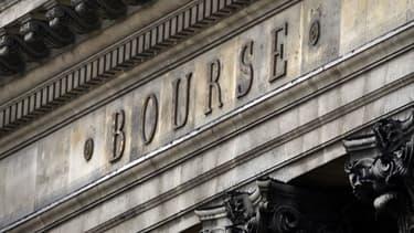 A la Bourse de Paris, l'impact de la dégradation de la note de la dette publique française a peu d'impact.