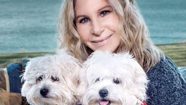 Barbra Streisand et ses deux chiennes, Miss Violet et Miss Scarlett.