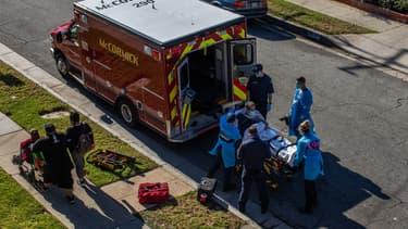 Des ambulanciers prennent en charge un patient Covid-19 en Californie