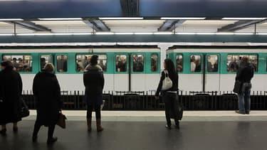 La ligne 4 du métro parisien transporte 700.000 passagers par jour.