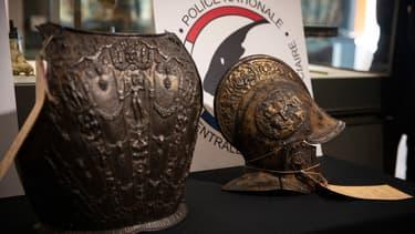 Le casque et la dossière restitués au Louvres, près de 40 ans après avoir été volés.