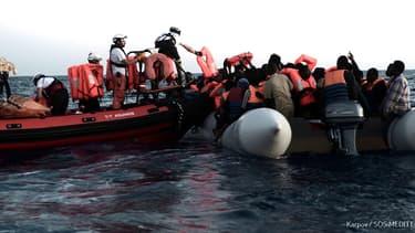 Des migrants secourus au large de la Libye par l'Aquarius. -