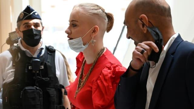 Mila (c), une adolescente française victime de cyberharcèlement, avec son avocat Richard Malka (d) arrive au palais de justice de Paris pour le jugement de son affaire, le 3 juin 2021
