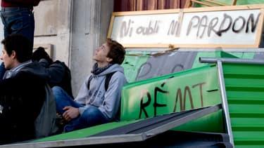 Amoncellement de barrières de chantier lors des blocages de lycées à Paris, le 6 novembre.