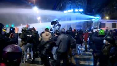 La police use des canons à eau, place de la République, le 12 décembre 2020.
