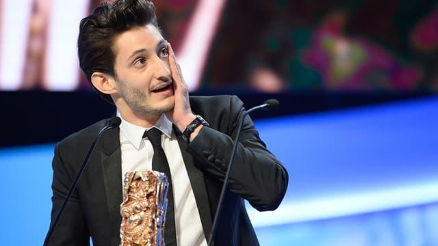 Pierre Niney recevant le 20 février le césar du meilleur acteur pour son rôle dans Yves Saint Laurent.
