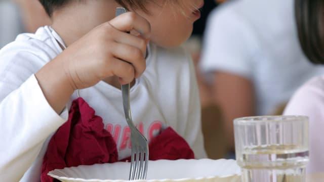 Un enfant déjeune dans une cantine scolaire. (Illustration)