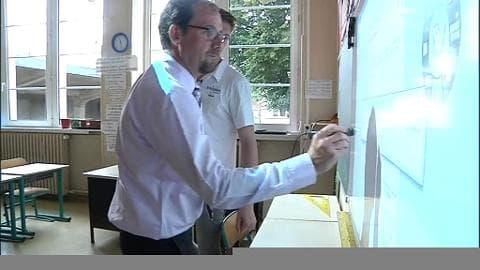 Les professeurs des écoles se familiarisent avec le tableau numérique