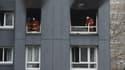 Les pompiers dans le bâtiment de Bobigny où sont mortes quatre personnes jeudi soir.
