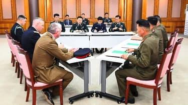 Une rencontre entre la délégation nord-coréenne et celle sud-coréenne sous l'égide de l'ONU à  Panmunjom.