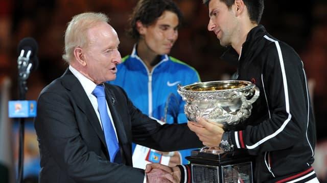 Novak Djokovic reçoit son trophée sous les yeux de Rafael Nadal