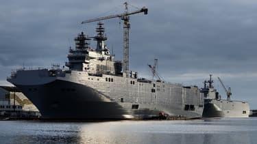 Les deux navires de guerre Mistral commandés par Moscou, le Sébastopol et le Vladivostok, à Saint-Nazaire, le 20 décembre 2014.