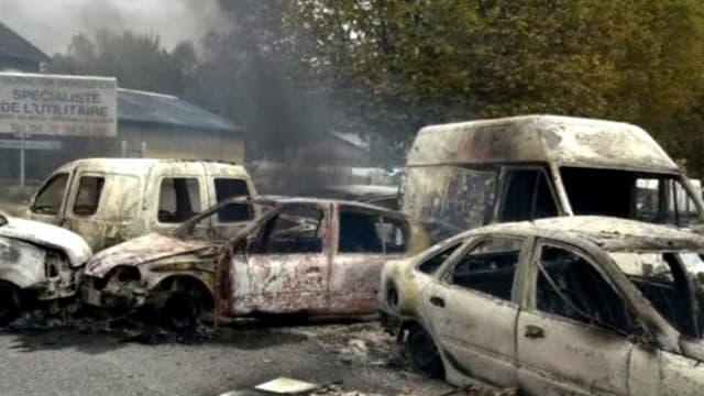 Des véhicules incendiés à Moirans, mardi.