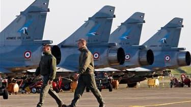 """Des Mirage 2000 sur la base de Solenzara, en Corse, d'où la France mène ses raids en Libye. L'opération militaire internationale porte ses premiers fruits mais, si la coalition ne veut pas """"s'enliser"""", elle pourrait durer, a prévenu jeudi le ministre des"""