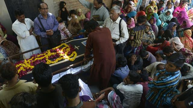 Lors des funérailles d'une victime de l'attentat de Lahore, le 28 mars.