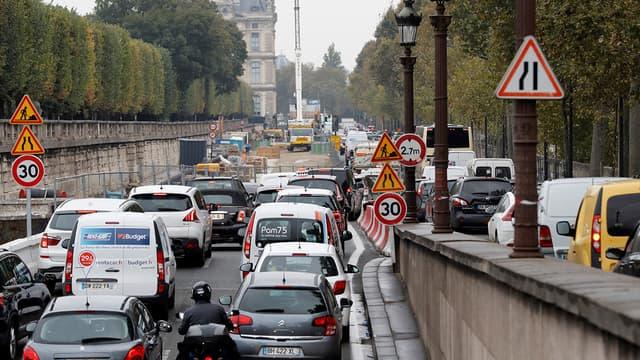 Un embouteillage près de Quai des Tuileries, à Paris
