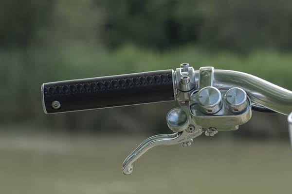 Chaque élément métallique du Coleen est travaillé à la main, des éléments du cadre aux boulons.