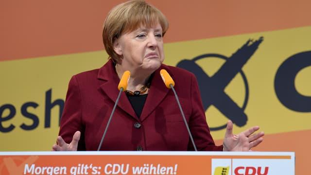 Angela Merkel est notamment critiquée sur sa politique en faveur de l'accueil des migrants.