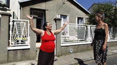 """Colette Lepage (à droite), 60 ans, fait visiter avec fierté son quartier, à Montreuil en Seine-Saint-Denis, où vivent plusieurs familles Roms qu'elle qualifie d'""""exemplaires"""", dont celle de Melissa, en France depuis 10 ans. Elle détient un titre de séjour"""