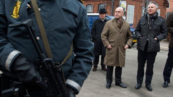 Le ministre de l'Intérieur Bernard Cazeneuve et l'ambassadeur de France François Zimeray, dimanche 15 février à Copenhague.