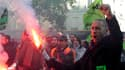 Une grosse centaine de cheminots ont manifesté jeudi après-midi à proximité du siège de l'UMP à Paris pour protester contre la réforme des retraites, selon un journaliste de Reuters TV. /Photo prise le 21 octobre 2010/REUTERS/Gonzalo Fuentes