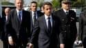 Nicolas Sarkozy, entouré du ministre de l'Intérieur Brice Hortefeux (à gauche) et du nouveau préfet de Seine-Saint-Denis, Christian Lambert (à droite). Après avoir visité un dépôt d'autobus à Tremblay-en-France, le président de la République a assuré que