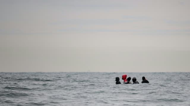 Des migrants embarqués sur une embarquation entre deux vagues au cap Blanc-Nez dans le Pas-de-Calais le 27 août 2020 (image d'illustration)