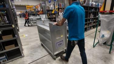"""Les salariés d'Amazon de Douai ont trouvé des bulletins """"Faux pas"""", afin de dénoncer les responsables qui ne respectent pas les règles de sécurité. """"Have fun !""""."""
