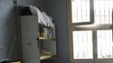 Une cellule de prison avec des lits superposés.
