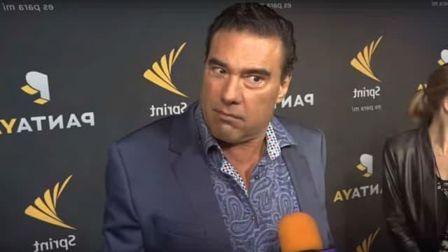 Eduardo Yanez sur le tapis rouge face au journaliste Paco Fuentes à Hollywood, le 11 octobre 2017