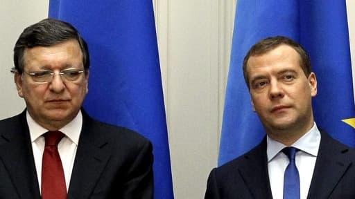 Dmitri Medvedev, le Premier ministre russe (à droite) ne veut pas d'une cassure avec l'Europe de José Manuel Barroso (à gauche).