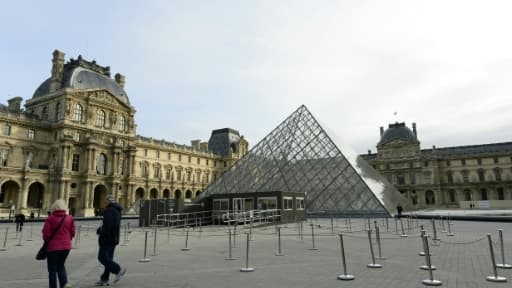 Le musée du Louvre à Paris et sa pyramide, le 14 novembre 2015