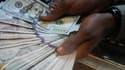 Certaines banques à l'étranger renvoient leurs excédents de dollars aux États-Unis sur des vols commerciaux, selon Reuters.