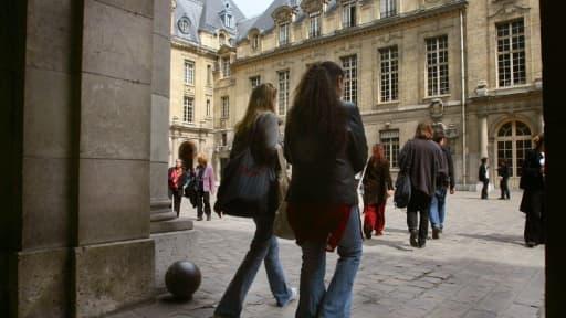 Des étudiants dans la cour de la Sorbonne à Paris