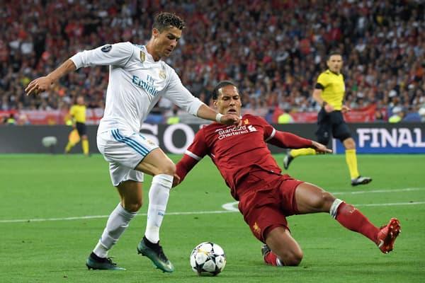 Cristiano Ronaldo (en blanc) face à Virgil van Dijk lors de la finale de la Ligue des champions en 2018