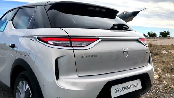 Le terme 'E-Tense' désigne les véhicules hybrides et électriques de la marque DS. Le DS3 Crossback est la première voiture électrique de la marque, mais le second à porter ce nom E-Tense, derrière le DS7 Crossback hybride rechargeable.