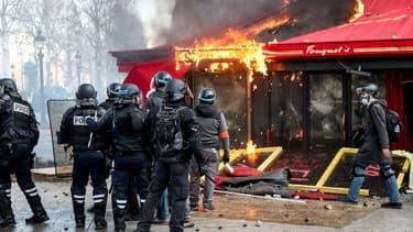 Le restaurant Le Fouquet's a été saccagé par des casseurs. - ZAKARIA ABDELKAFI / AFP