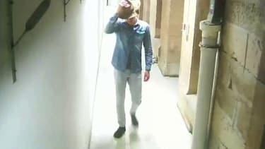 Cet homme s'introduit dans un musée de Sydney, y fait des selfies avec un crâne de dinosaure et vole un chapeau de cow-boy