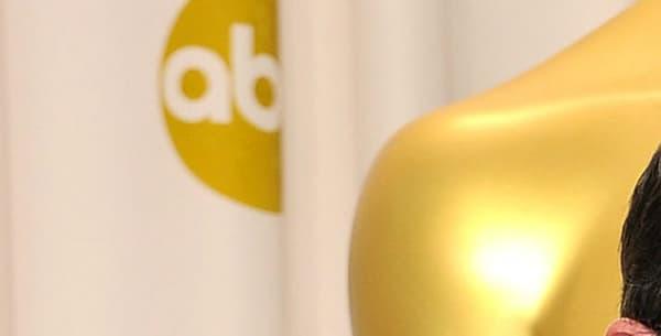 Michel Hazanavicius pose avec son Oscar du meilleur réalisateur, aux côtés de sa compagne, la comédienne Bérénice Bejo.