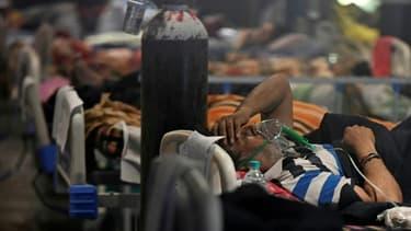 Des malades du Covid-19 dans une salle de banquet convertie temporairement en centre de soin Covid à New Delhi, en Inde, le 29 avril 2021